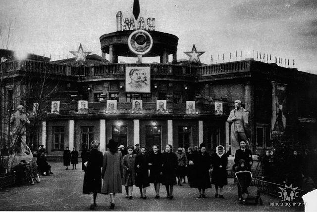 1957г.Дом культуры авиазавода. Может быть здесь Ваша мама?