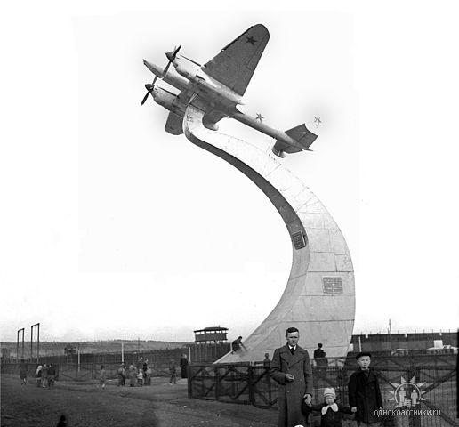ПЕ-2 выпускался заводом в 1941–42 гг. Памятник стоял на заводском стадионе с 1945 г. по 1950-е гг.