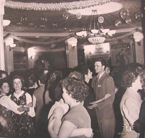 Вестибюль ДК им. Ю. Гагарина. Новогодний вечер 1967г.Может быть здесь Ваша мама?