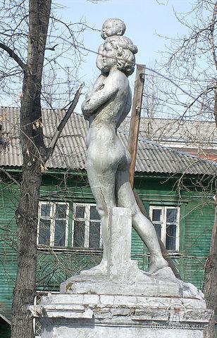 Единственная в Иркутске скульптура обнаженной женщины находится в Иркутске-II (ул.Жукова)