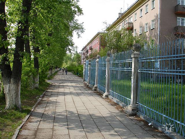 Ограда детского сада 50. Сколько поколений прошагало по этой плитке?