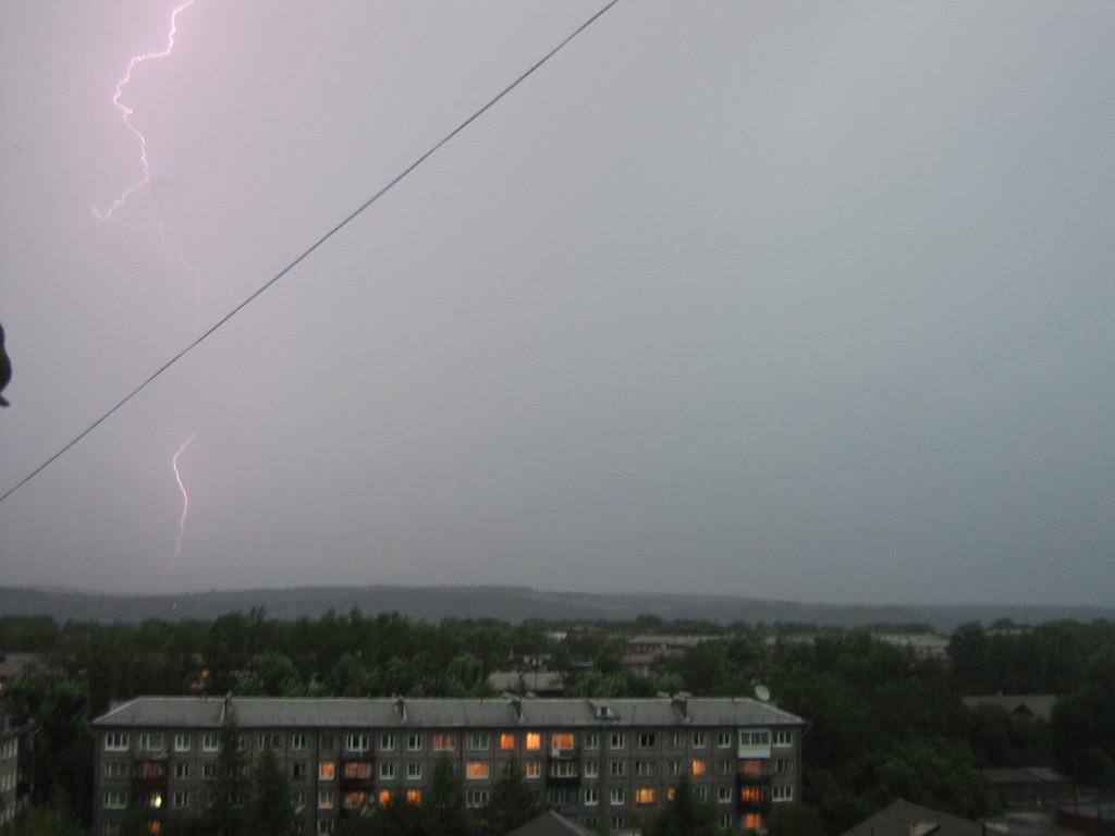 Гремят раскаты громовые, под блики молний дождь идёт. 17 августа 2008г.