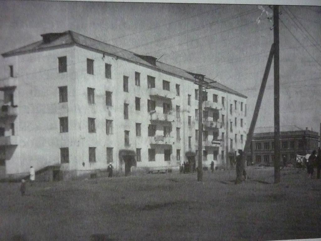 Первые каменные дома на Косом участке. На заднем плане школа 43
