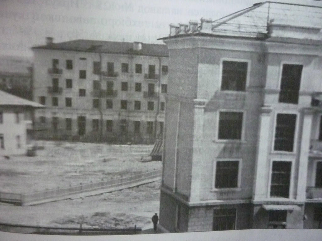 Улица Новаторов На заднем плане магазин 26, слева детсад.
