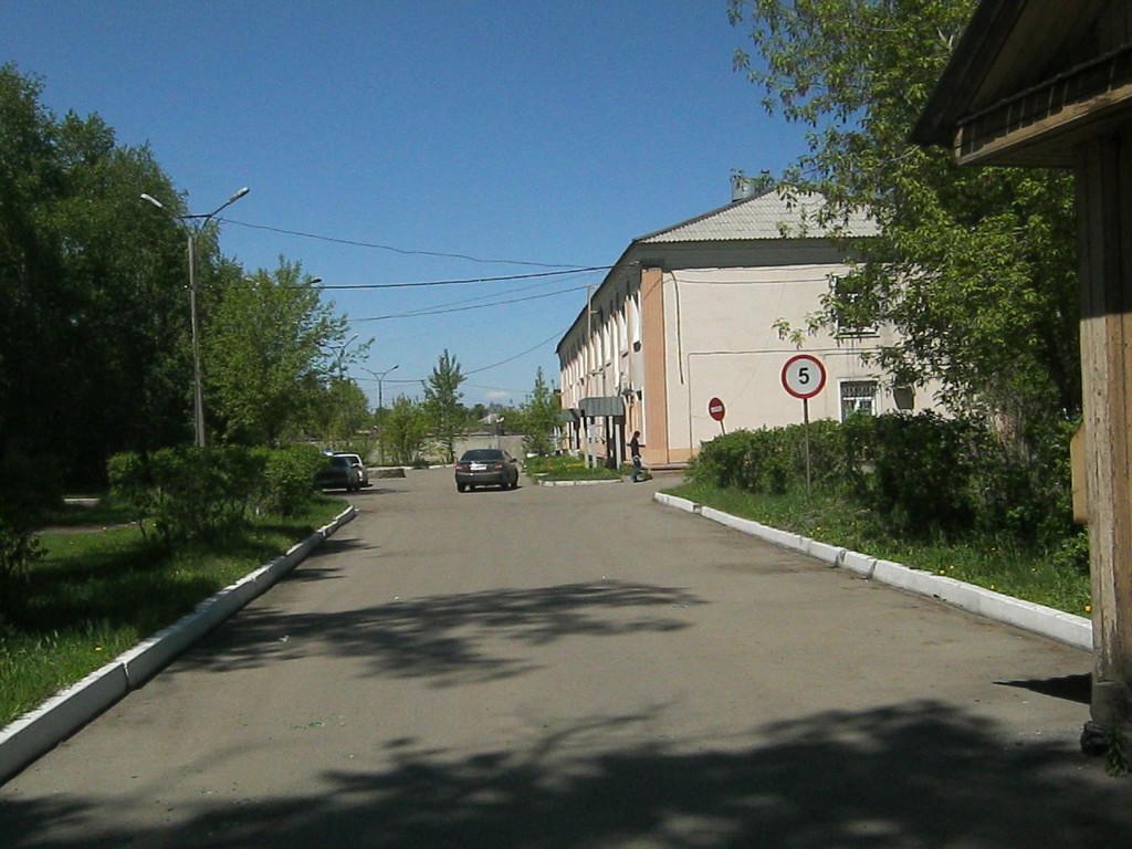 Ул. Новаторов. На этой территории стояло несколько корпусов больничного стационара. Остался один.