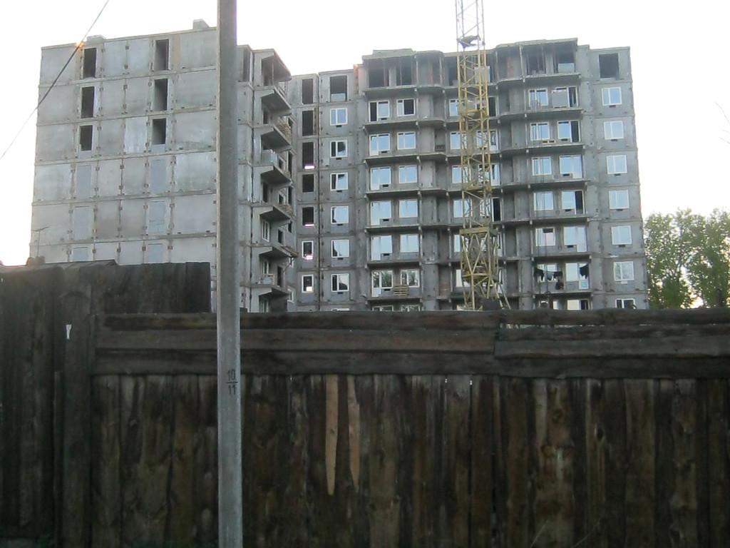Пересечение ул.Красный Путь, Просвещения, Лениградская. Дом строится на территории бывшего колхозного рынка.