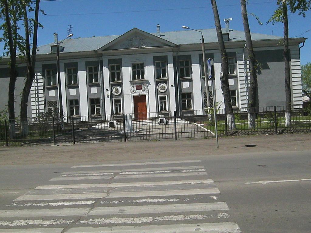 Здание восьмилетней, потом средней, потом начальной школы №60. Посе закрытия школы здесь был УПЦ школ. Сейчас это ВСШ №1. Ул Новаторов.