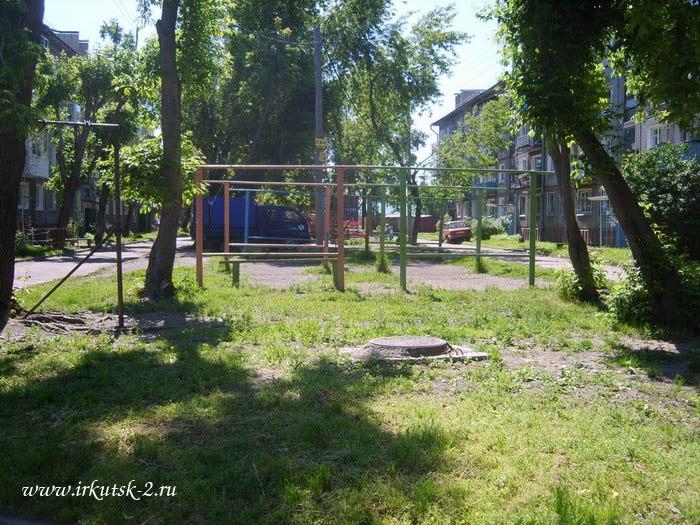 Двор между ул. Серафимовича 8 и9
