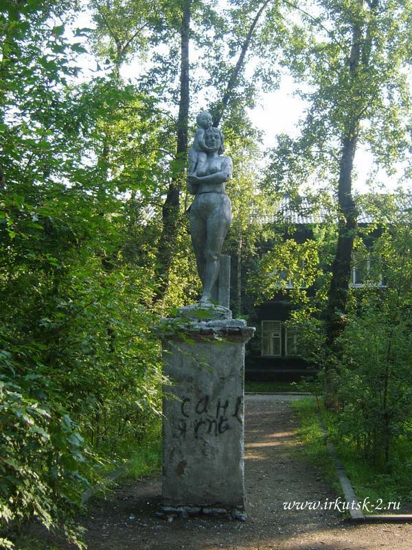 Памятник на ул. Шпачека— Женщина смладенцем