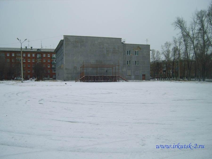 Зимнее развлечение перед бассейном- площадка для дрифта :)